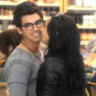 Jonas  Demi Lovato Kissing on Demi Lovato And Joe Jonas Kissing In Public Pictures 2