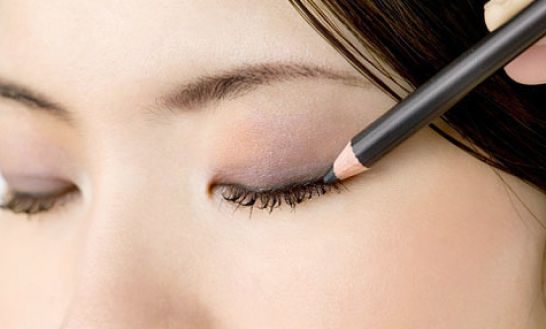 How to Put Eyeliner on Your Top Lid. Eyeliner on the upper lid can enhance