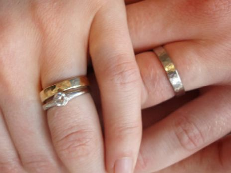 pictures of wedding rings on fingers 1