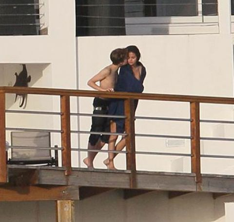 justin bieber and selena gomez kissing on yacht. Justin bieber selena gomez